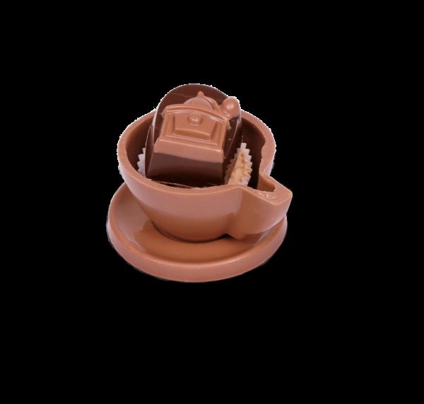 Schokoladen-Tasse klein gefüllt mit Pralinen